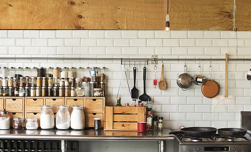 Mała kuchnia. Proste rozwiązania na trudne wnętrza.